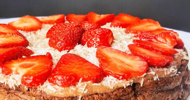 Gâteau au chocolat noir très léger, aux noix de coco et fraises