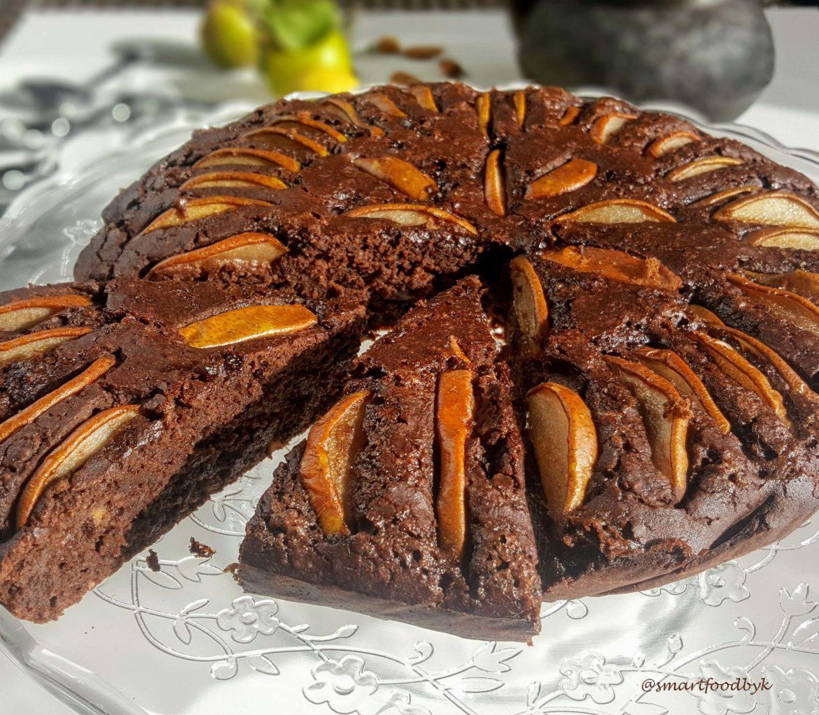 Sans oeufs, sans beurre et sans gluten, place au gourmand marriage du fruit, des amandes grillées et du chocolat.