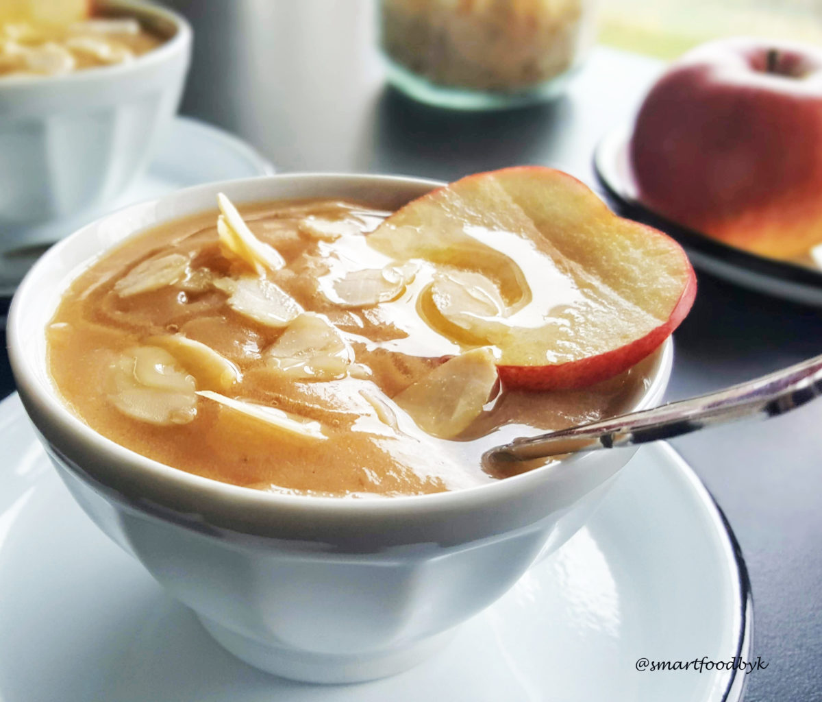 Vanilla applesauce with almonds and honey