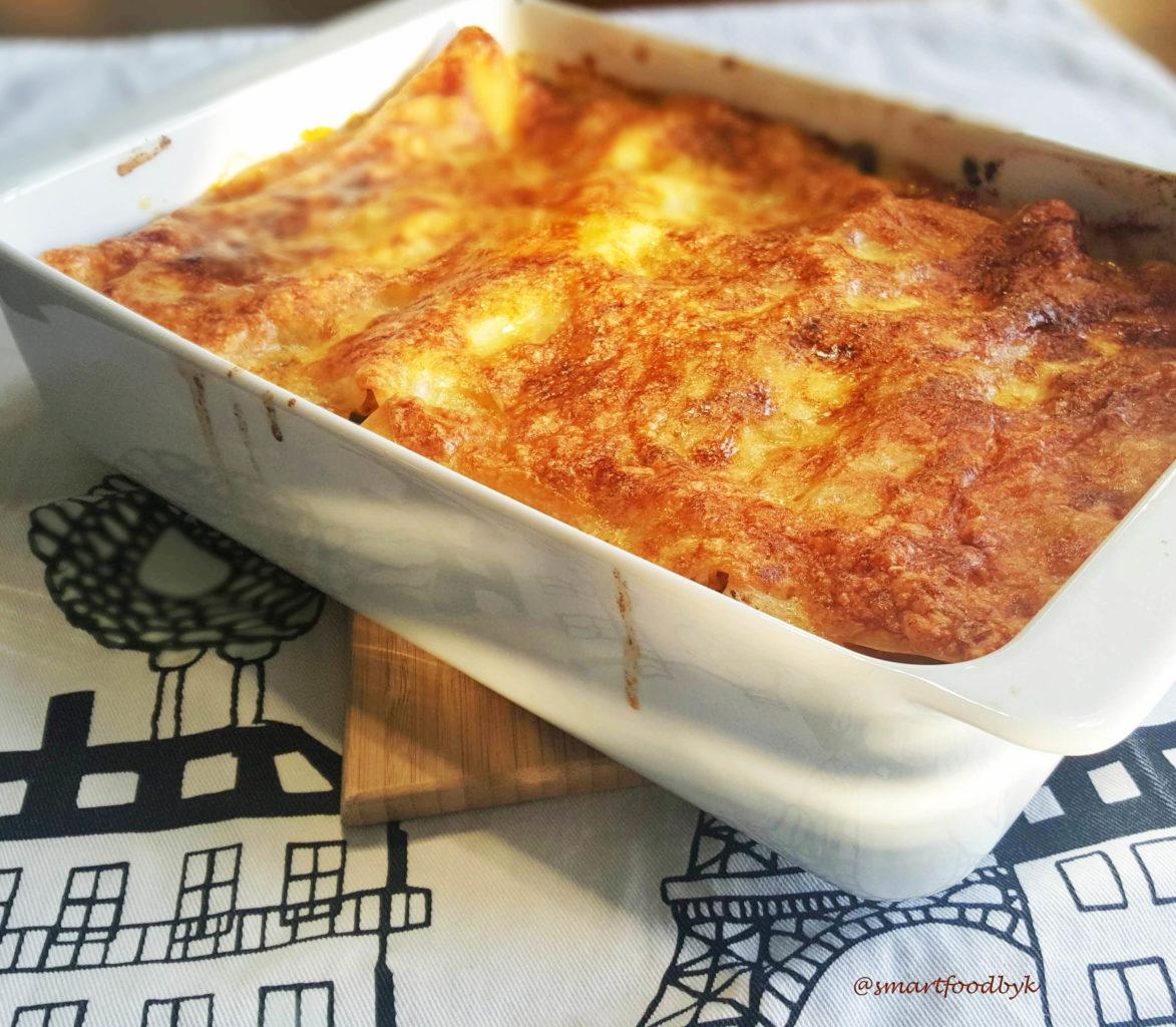 Freshly baked golden brown veggie lasagna. Lasagne végétarienne fraichement sortie du four toute dorée.
