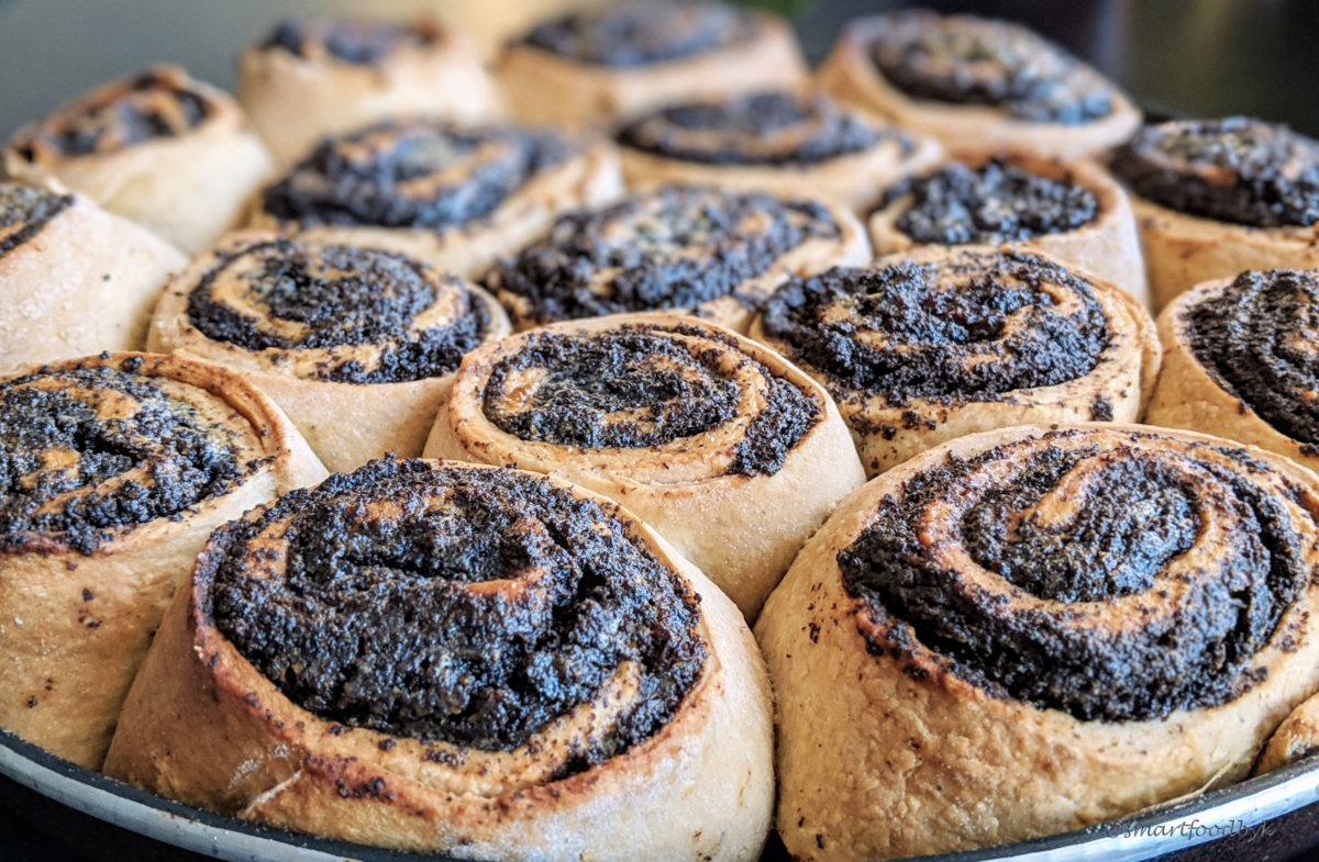 Poppy seed rolls freshly out of the oven. Roulés de pavot fraichement sortis du four.