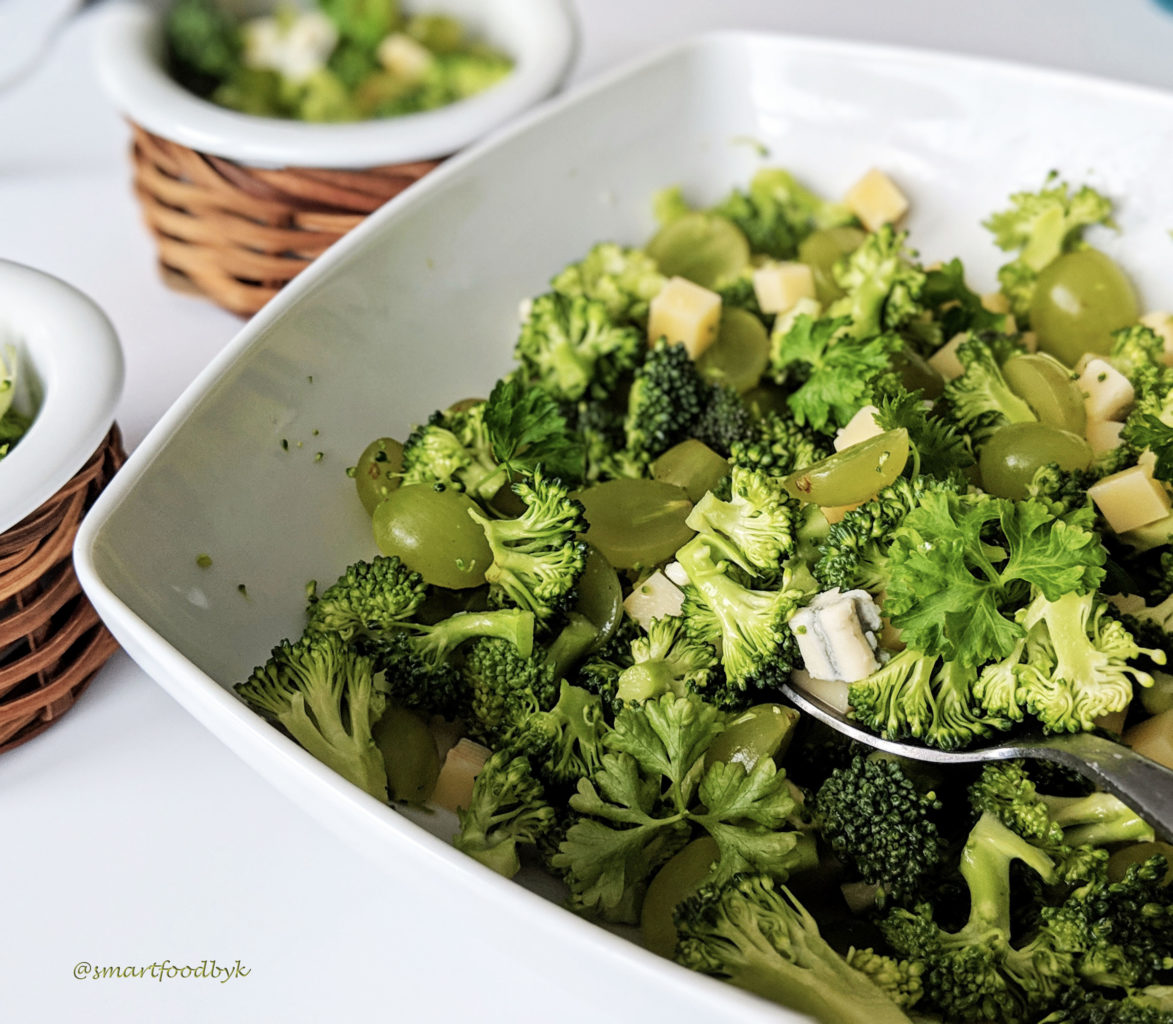 Broccoli salad with white grapes, Gouda & cashews