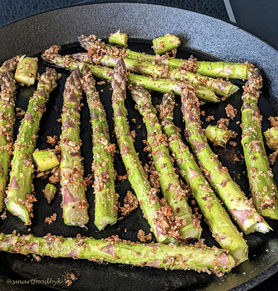 Broiling green asparagus.