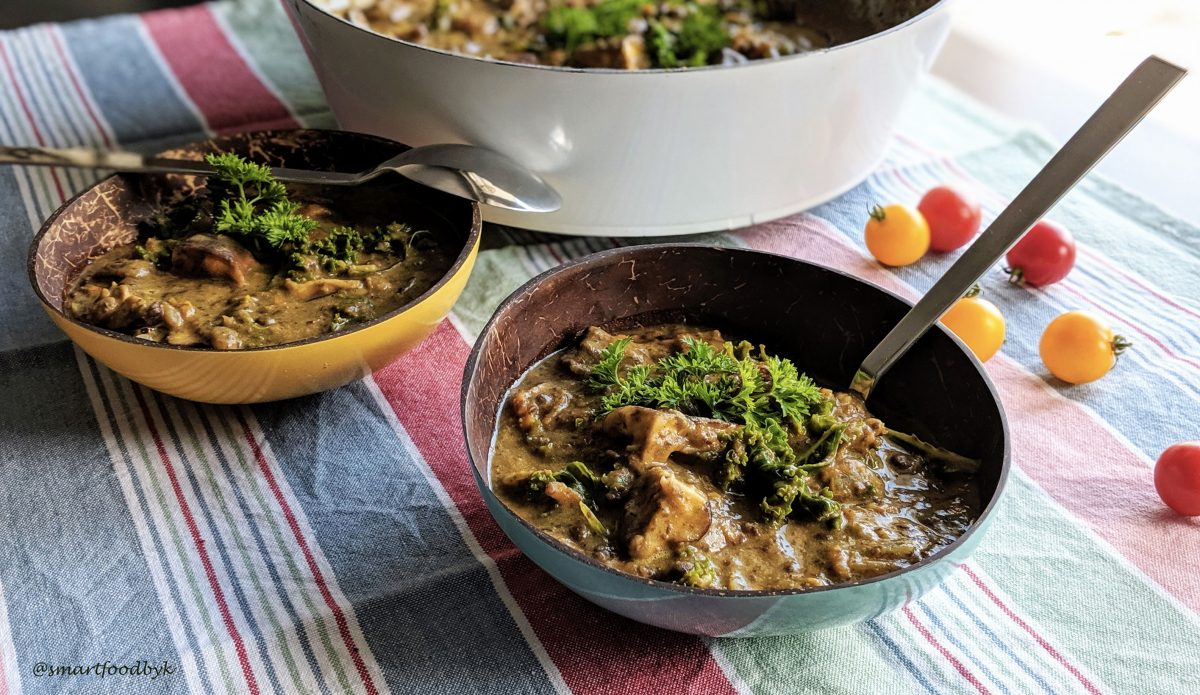 Kale, shiitake and lentil veggie stew is served. Coconut and curry flavour on top :). Ragoût veggie de lentilles, kale et shiitake est prêt, parfum curry et coco.