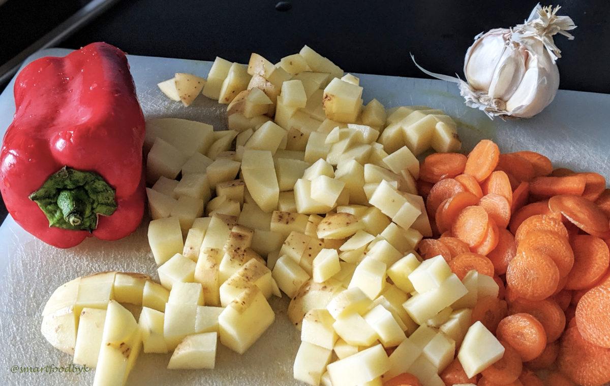 Chopped carrots and potatoes for a green-beans soup. Des carottes et des pommes de terre découpées pour la soup de haricots verts.