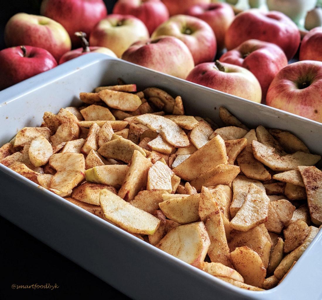 Apple granola-like crumble - apples covered in the mix of unrefined sugar, cinnamon, ginger and lemon juice. Crumble de pomme façon granola - pommes enrobées de la mixture de sucre non-raffiné, cannelle, gingembre et jus de citron.