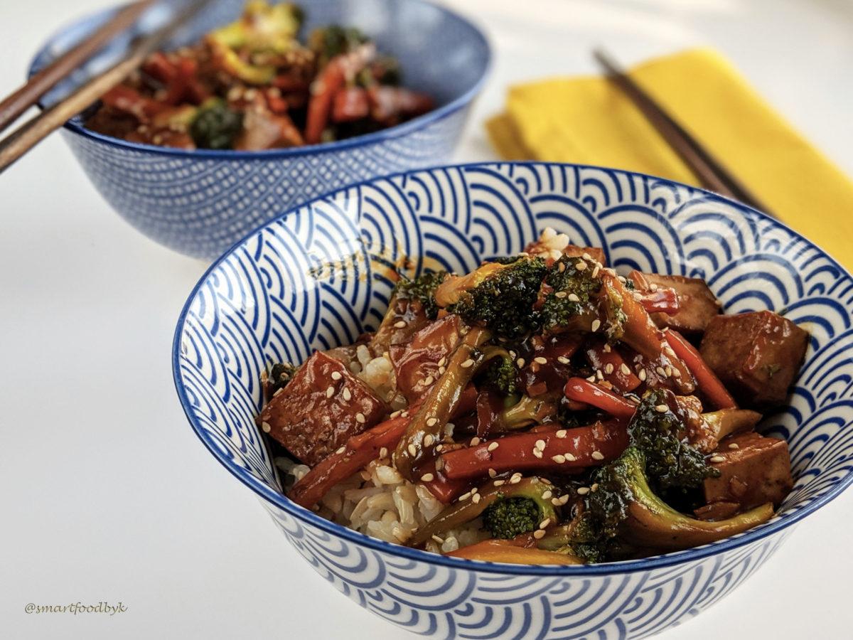 Brocoli, carotte, tofu - sauté asiatique sucré salé. Broccoli, carotte, tofu, asian sticky rice.