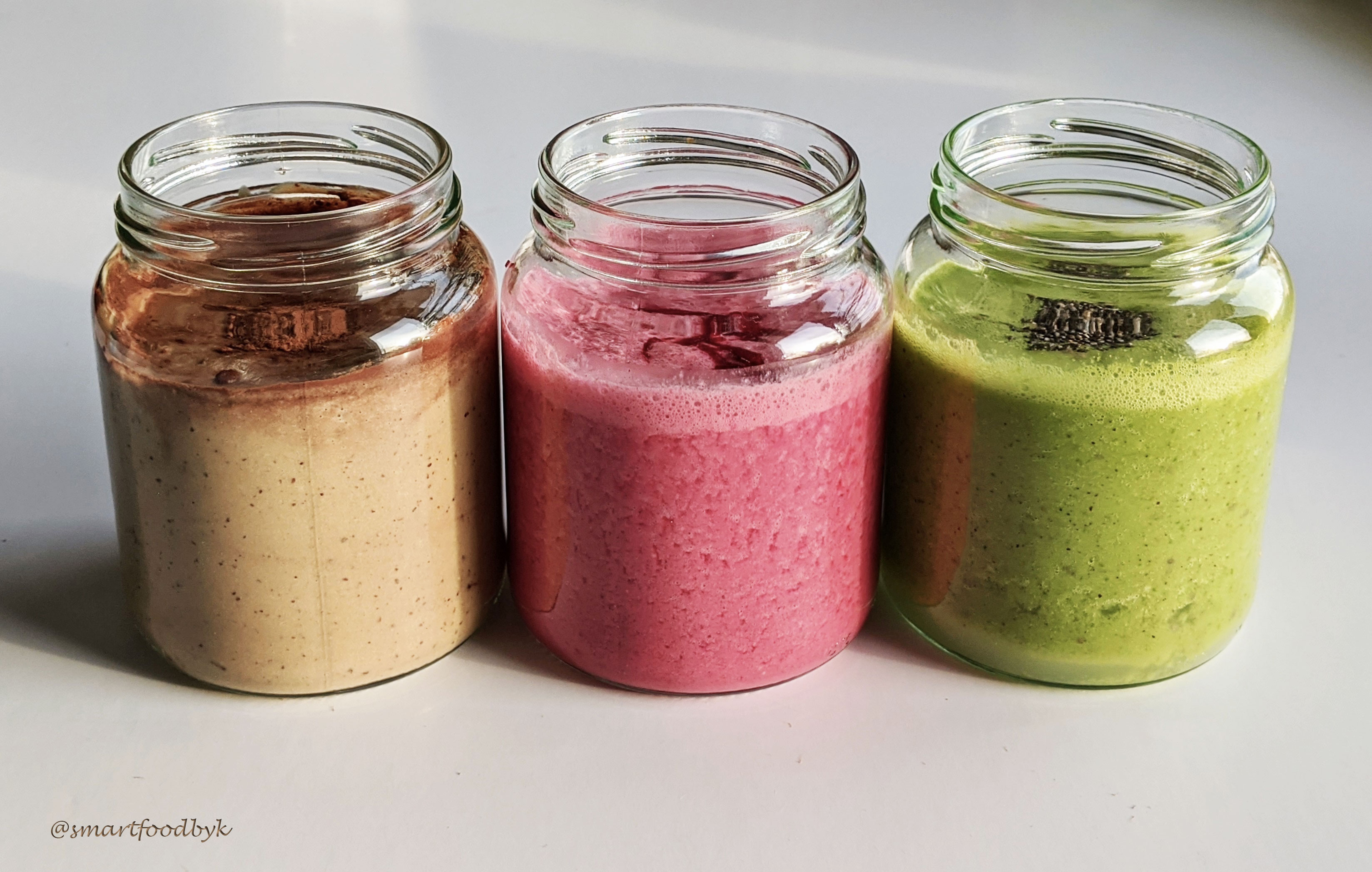 3 colours, 3 flavours, 3 wholesome breakfast smoothies. 3 couleurs, 3 saveurs, 3 smoothies complets.